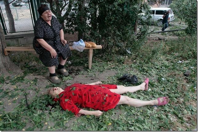 Жена оплаква загиналата си съседка след бомбардировката на руската авиация над гр. Гори