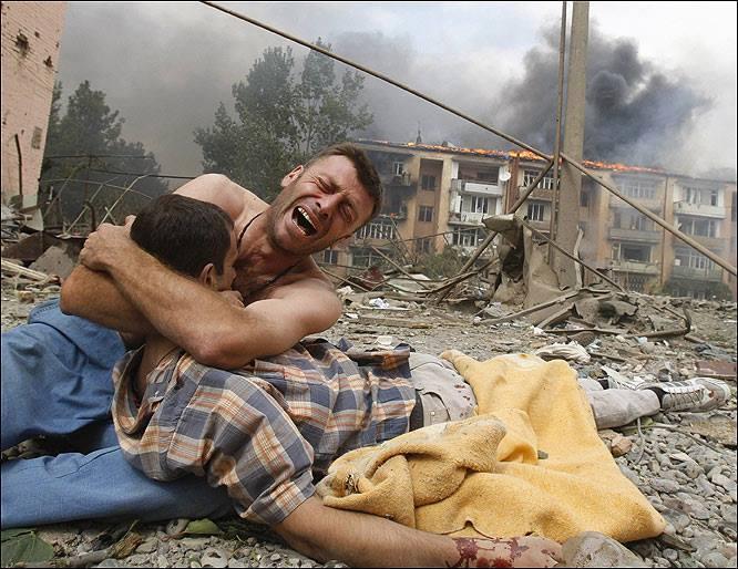 Грузинец оплаква загиналият си брат след руската бомбардировка над грузинския град Гори