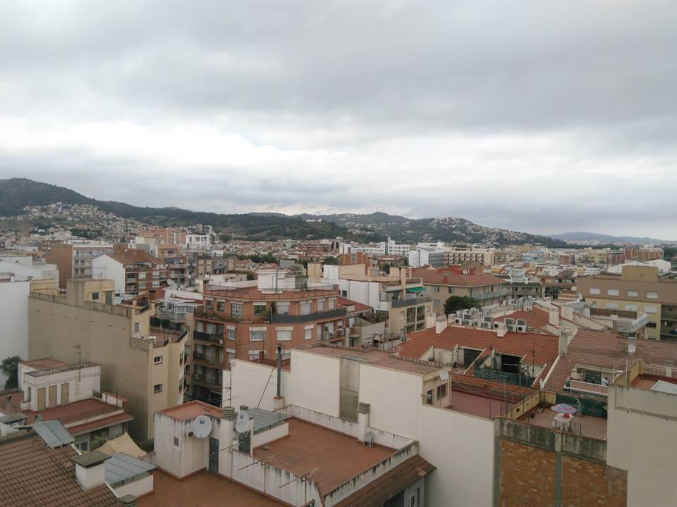 Снимка на Пинеда де мар, Каталония. Забележете, че на нито един покрив не се забелязват соларни панели или фотоволтаици. Милиарди и милиарди евро, които биха могли да си спестят в най-слънчевата държава в Европа, отиват в гърлата на енергийната мафия.