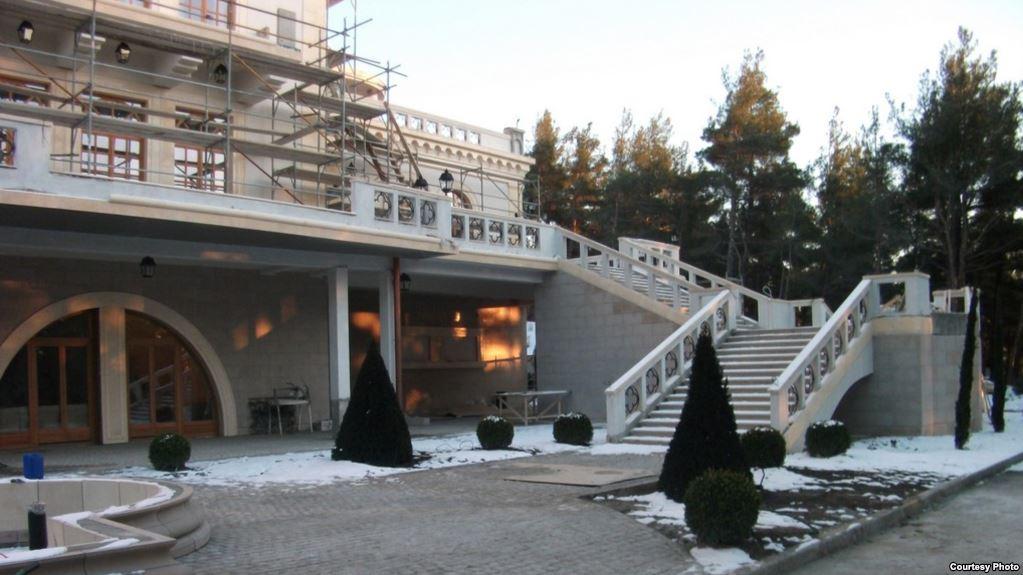 Скромната православна виличка на Гундяев, само 1200 кв.м. разгъната площ