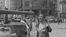 Прага, август 1968 г. Беззащитен руски танк е нападнат от тежко въоръжен чешки гражданин, който пречи на танка да го освободи.