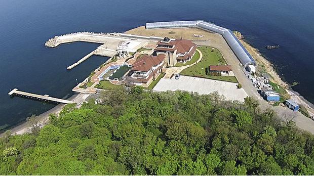 Новият сарай на Доган, построен върху терен, закупен от Лукойл и охраняван и до днес от НСО.