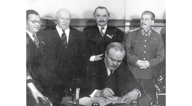 18 март 1948 г. Вячеслав Молотов подписва договора между СССР и България. зад него са Трайчо Костов, Васил Коларов, Георги Димитров и Сталин. С този договор СССР ще ощети Българи през следващите години с милиарди долари.
