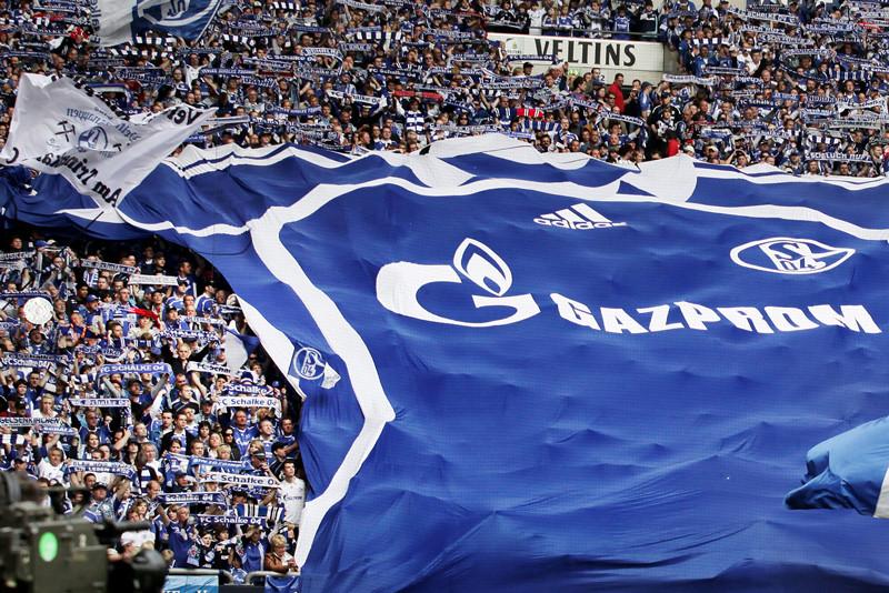 Фенове на Шалке опъват фанелка 1 декар с логото на Газпром, вместо да гледат мача.